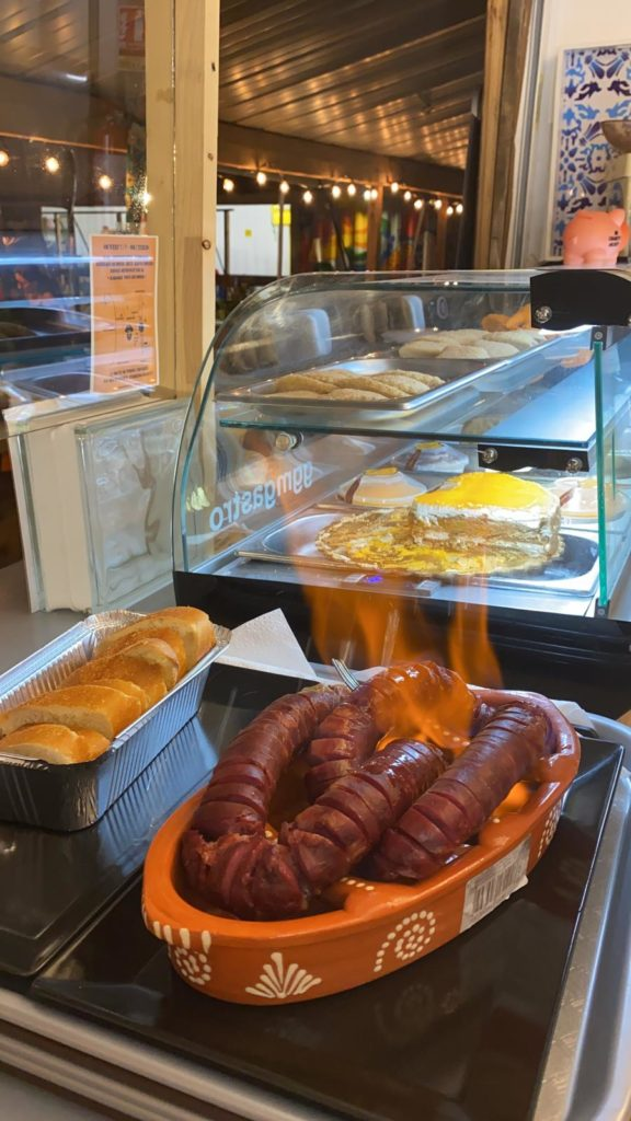 Chorizo flambé - cuisine portugaise au marché de la Seiche - sevrier