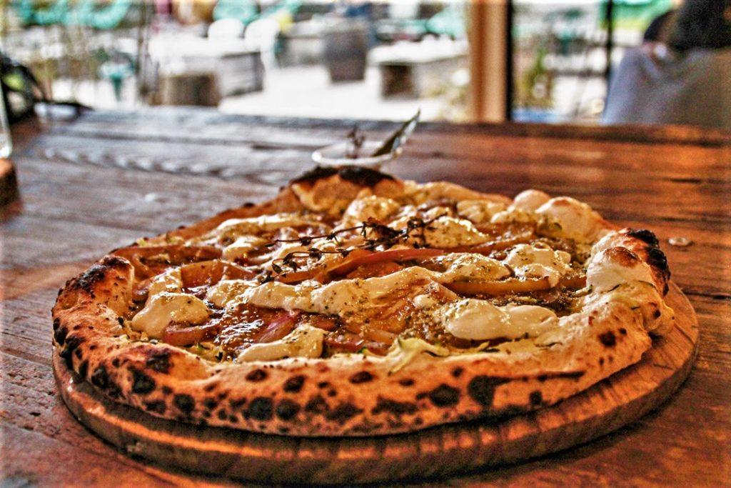 Pizza juste sortie du four à bois par Piccolina Sicilia. Marché de la Seiche, Sevrier. Lac d'Annecy