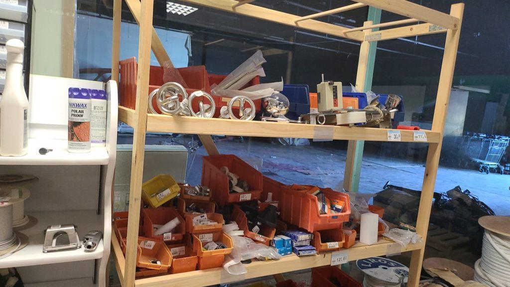 ACCASILLAGE - DÉSTOCKAGE - VENTE DU STOCK : Matériel neuf (95%) - voilier et bateaux à moteur. Prix de gros pour pro (accastilleur, destockeur, chantie rnaval).
