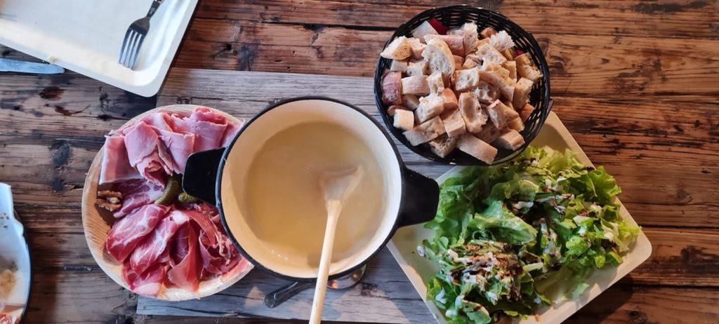 Fondue savoyarde ,salade et charcuterie - par Savoyméricain. marché de la Seiche, Sevrier