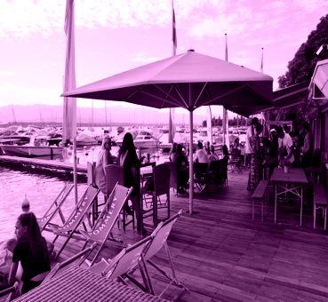 Sympathique terrasse au bord de l'eau, le Ponton de la Belotte vous accueille pour boire un verre et pour se détendre dans un cadre idyllique.